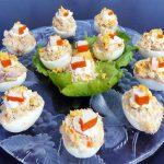 Huevos rellenos de palitos de cangrejo y atún