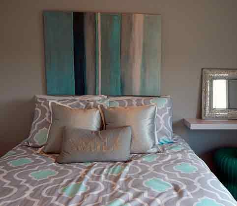 cama-sin-cabecero-y-cuadro-azul