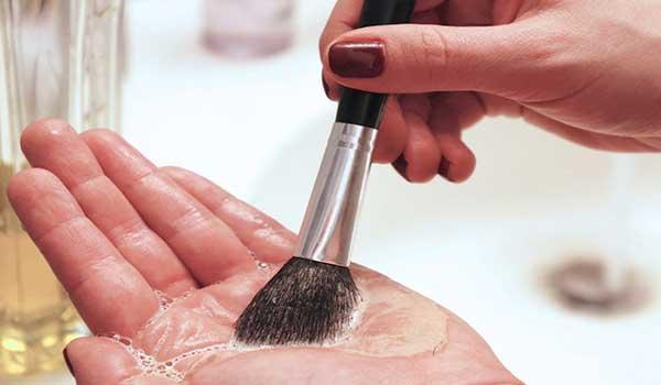 aceite-de-oliva-limpiar-brochas-maquillaje