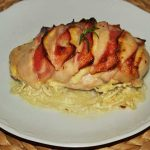 Pollo hasselback con queso y bacon
