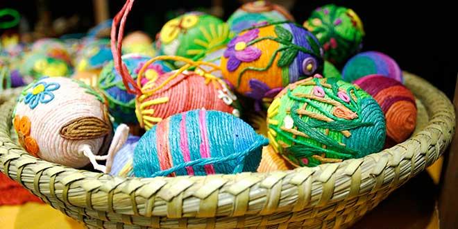 huevos-para-decorar,-huevos-decorados-con-hilos-y-cuerdas-de-colores