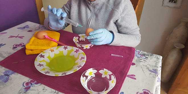 huevos-para-decorar,-pinchar-huevo-con-jeriguilla