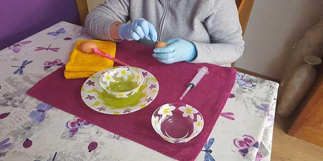 huevos-para-decorar,-pinchar-huevo-con-una-aguja-2