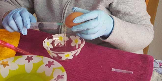 huevos-para-decorar,-vaciar-huevo-empieza-salir-la-clara