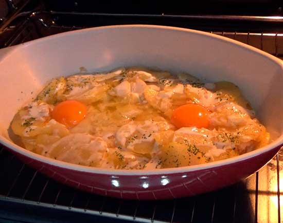 Cazuela de huevos al horno con patatas