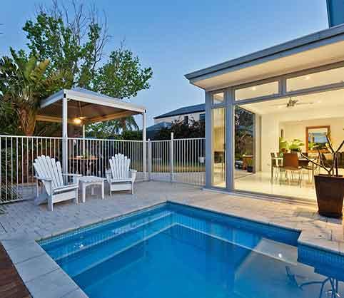 17 piscinas peque as para jardines minis la mansi n de for Albercas pequenas para patios