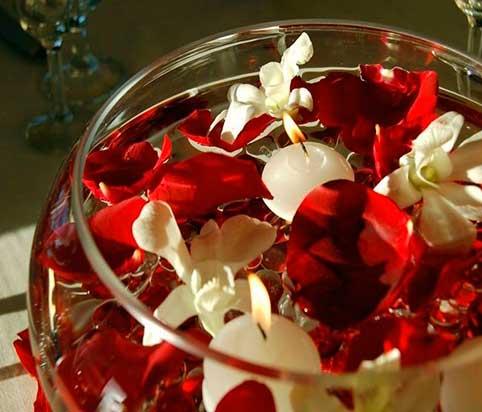 velas-flotantes-con-centro-tipo-pecera-con-petalos-de-rosas-y-orquideas