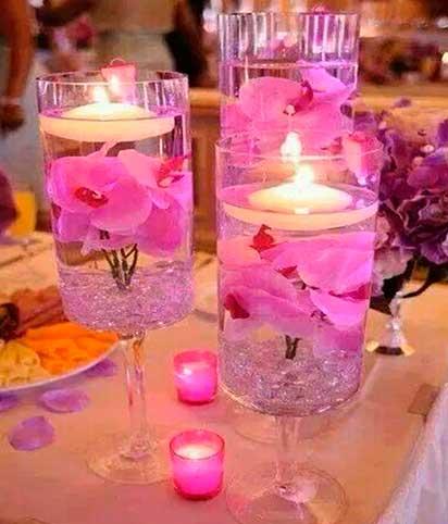 velas-flotantes-con-flores-de-orquideas-rosas-metidas-en-copas