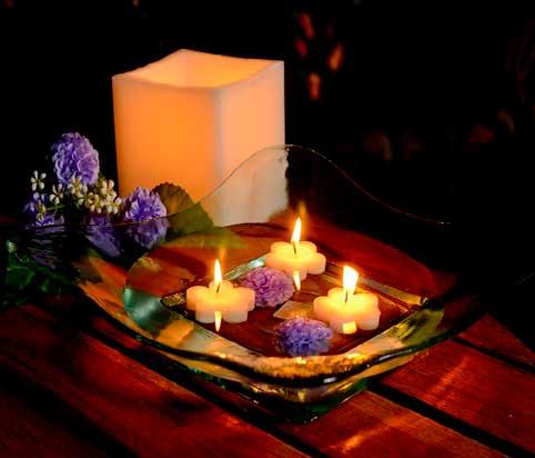 velas-flotantes-de-forma-de-flores-en-centro-de-mesa-de-cristal-con-peonias-azules