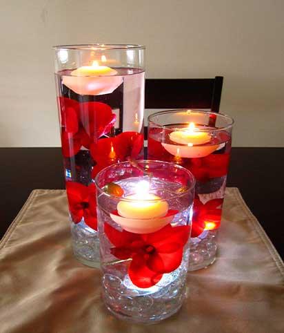 velas-flotantes-en-jarrones-redondos-con-petalos-de-rosas