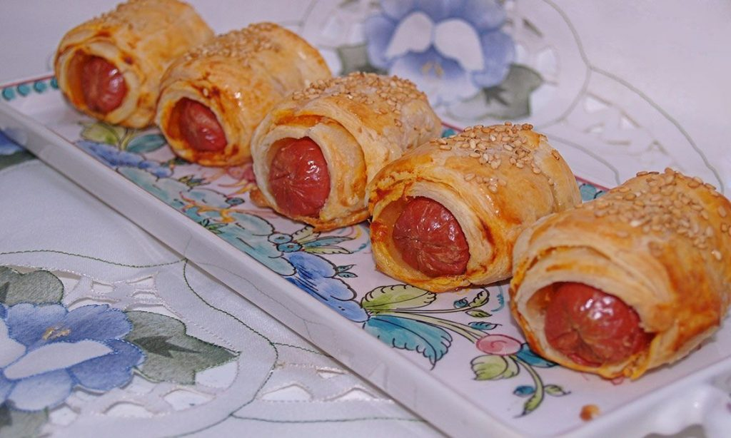 Hojaldres de salchichas, tomate y queso