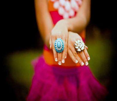 manos-de-mujer-con-anillos--destacada