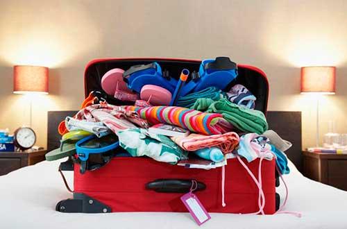 maleta-vacaciones-avion-ropa-vuelos-baratos-maleta-llena-de-ropa