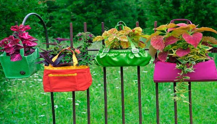 macetas,-reciclaje,-plantas,-bolsos-colgados-en-verja