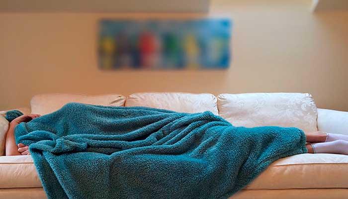 remedios-caseros-dolor-de-cabeza-descanso,-dormir-sofa