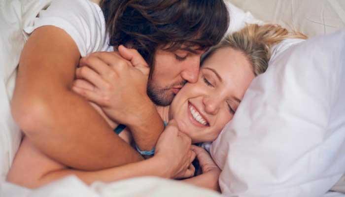 remedios-caseros-dolor-de-cabeza-hacer-el-amor,-pareja-en-la-cama