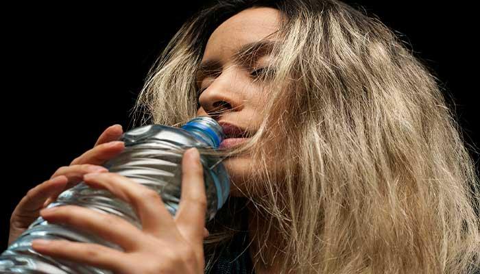 remedios-caseros-dolor-de-cabeza-hidratarse,-beber-agua