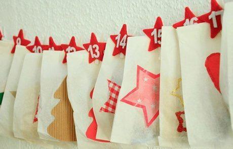calendarios-de-adviento-bolsas-papel-con-numeros-en-fieltro-y-adornos-navideños