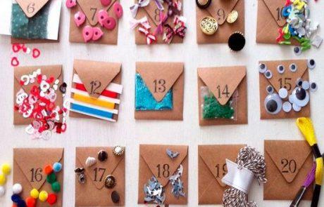calendarios-de-adviento-con-sobre-kraft-y-botones,-lanas,-lazos-y-diferentes-adornos