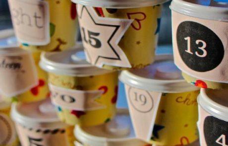 calendarios-de-adviento-con-vasos-biodegradables-con-dibujos,-tapas-y-pegatinas-de-numeros-diferentes
