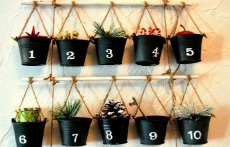 calendarios-de-adviento-hecho-con-cubitos-y-palos-atados-con-cuerdas-que-tienen-diferentes-adornos