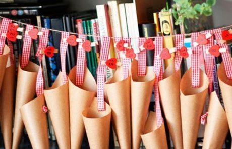 calendarios-de-adviento-hecho-con-cucuruchos,-pinzas-ropa-con-corazones-y-cinta-de-cuadritos
