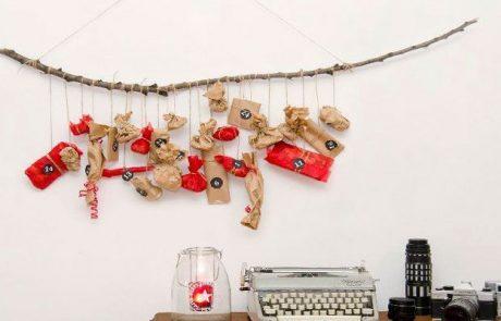 calendarios-de-adviento-hecho-con-rama-de-arbol,-regalos-en-diferentes-formas-y-colores-rojo-y-marron
