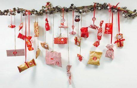 calendarios-de-adviento-hecho-con-rama-y-adornos-navidenios-con-diferentes-regalos