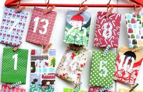 calendarios-de-adviento-hecho-en-percha-con-sobres-de-papel-de-regalo-y-pinzas-de-ropa