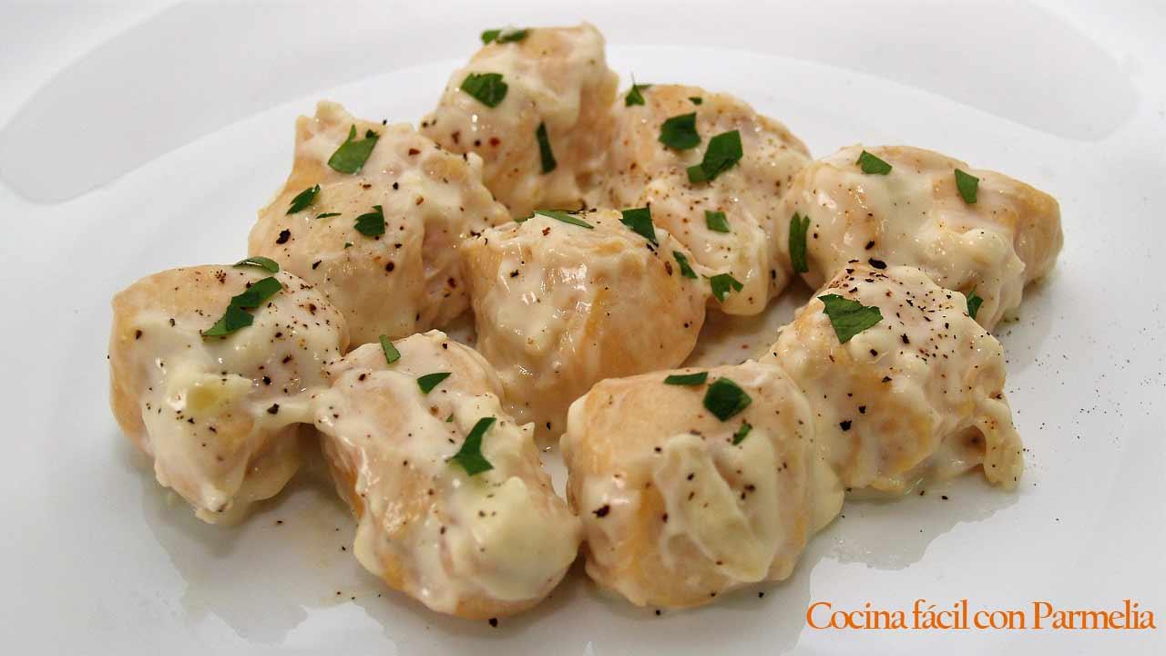 Pollo en salsa de queso. Receta fácil y rápida
