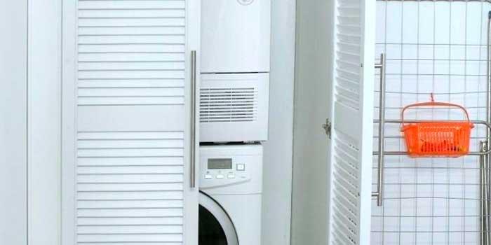 lavadora y secadora,-columna-de-lavado-en-cuarto-de-baño-en-armario