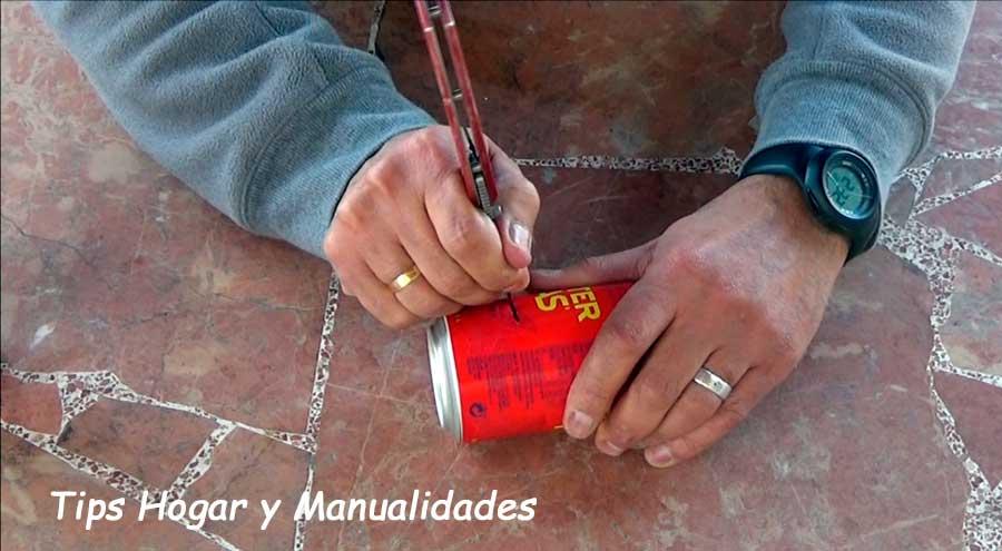 infernillo casero con dos latas de refresco