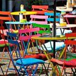 Las sillas de colores invaden los nuevos diseños de cocina