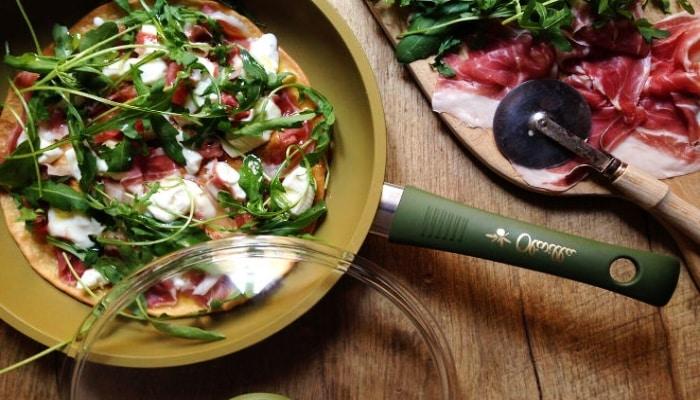 cocinando verduras con sartén illa olivilla