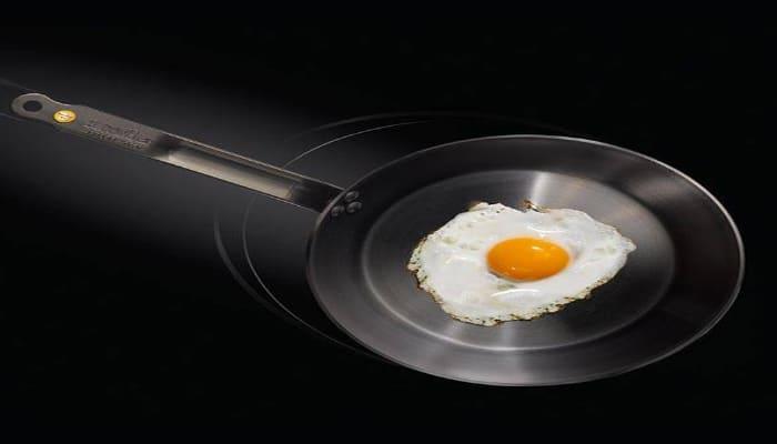 cocinando un huevo frito con una sartén mineral b element
