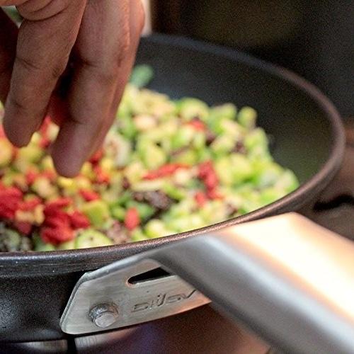 cocinando salteado de verduras en sartén valira black