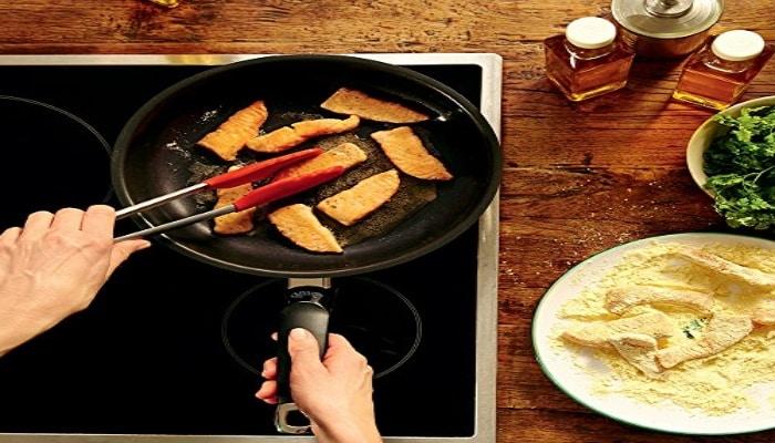 cocinando pollo en sartén wmf devil