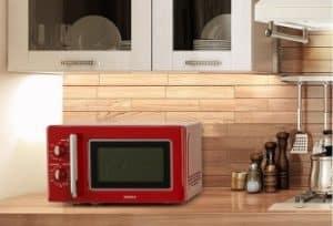 microondas retro vintage rojo en una cocina moderna