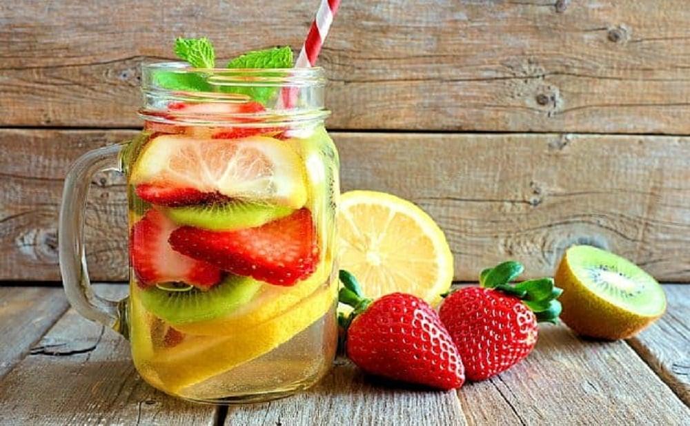 Tu cuerpo se desintoxicara con esta infusion de pepino, kiwi y fresas.