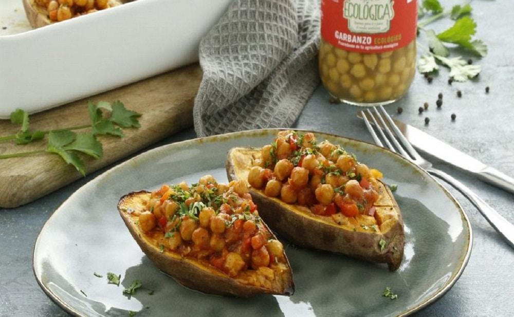 Boniato asado relleno de garbanzos con tomate